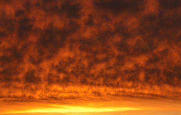 Niesamowite pomarańczowe niebo o zachodzie słońca