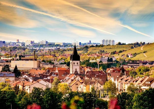 Niesamowite stare europejskie miasto na zachmurzonym niebie