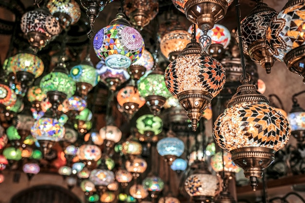 Niesamowite tradycyjne ręcznie robione lampy tureckie w lokalnym sklepie z pamiątkami, göreme. kapadocja turcja