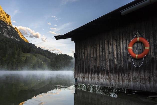 Niesamowite ujęcie drewnianego domu nad jeziorem ferchensee w bawarii, niemcy