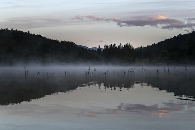 Niesamowite ujęcie jeziora ferchensee w bawarii w niemczech