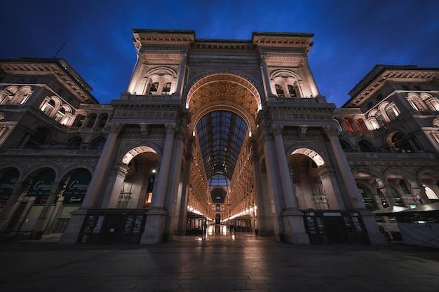 Niesamowite ujęcie niesamowitej architektury galleria vittorio emanuele ii w oddali nocnego nieba