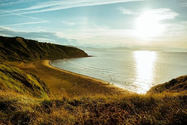 Niesamowite ujęcie pięknego wybrzeża w kraju basków w hiszpanii