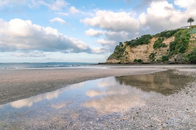 Niesamowite ujęcie pięknej piaszczystej plaży?
