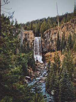 Niesamowite ujęcie wodospadu tumalo falls w stanie oregon, usa