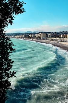Niesamowite ujęcie wybrzeża w pobliżu promenady anglików w nicei we francji
