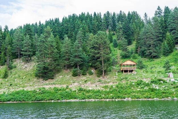 Niesamowite zdjęcia jeziora i górskie krajobrazy. savsat, artvin - turcja