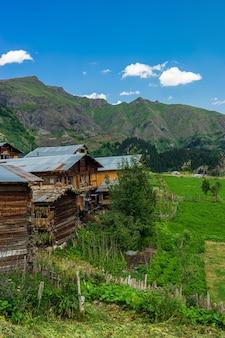 Niesamowite zdjęcia wsi i górskie krajobrazy. savsat, artvin - turcja
