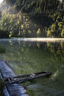 Niesamowite zdjęcie jeziora ferchensee w bawarii, niemcy