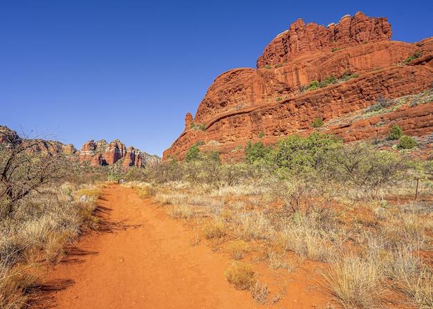 Niesamowite zdjęcie krajobrazu bell rock w arizonie, usa