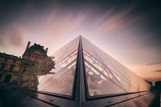 Niesamowite zdjęcie luwru w paryżu we francji
