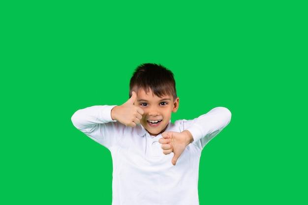 Niesamowity chłopiec maluchów lubi i nie lubi