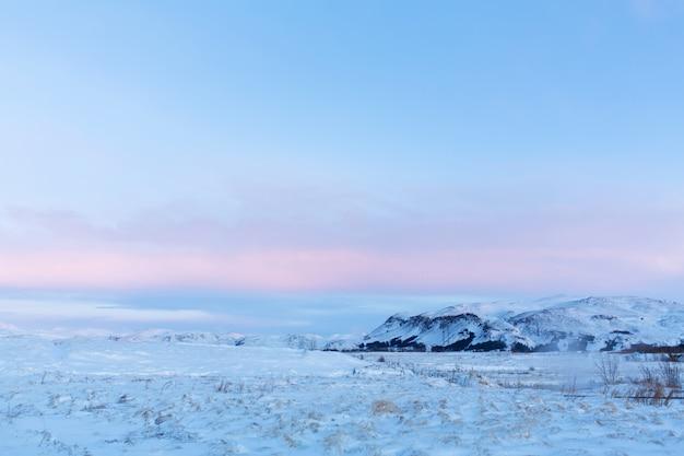 Niesamowity górski krajobraz islandii zimą. góry w śniegu. duże przestrzenie. piękno zimowej przyrody.