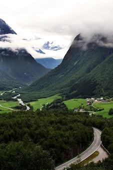 Niesamowity górski krajobraz z zapierającą dech w piersiach norweską przyrodą w norwegii