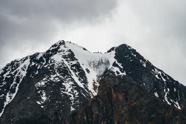 Niesamowity klimatyczny krajobraz z dużymi skalistymi górami i lodowcami