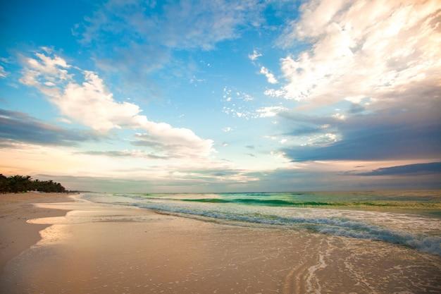 Niesamowity kolorowy zachód słońca na tropikalnej plaży w meksyku
