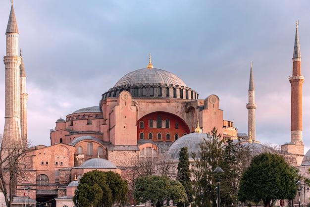 Niesamowity kościół świętej mądrości hagia sophia lub hagia sophia w godzinach porannych z zachodem słońca w stambule w turcji