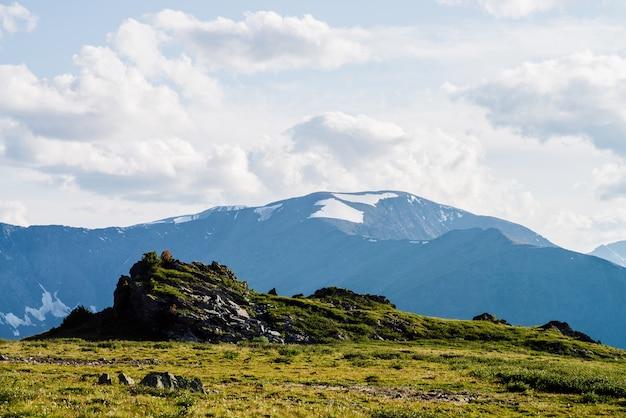 Niesamowity krajobraz alpejski z piękną skałą na zielonym szczycie góry. wspaniały widok na urwisko na szczycie góry w słoneczny dzień. kolorowe krajobrazy góralskie.