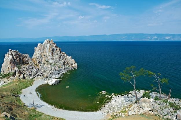 Niesamowity krajobraz jeziora z czystym niebem