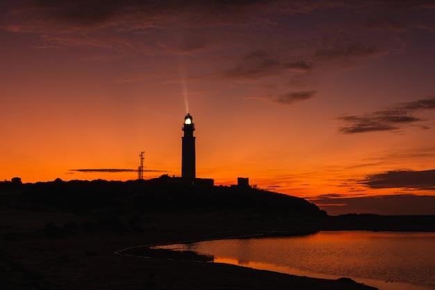 Niesamowity krajobraz latarni morskiej trafalgar o zachodzie słońca