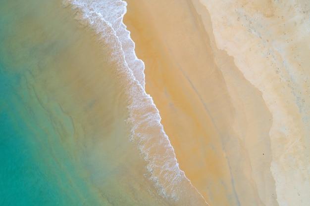 Niesamowity krajobraz morski widok z lotu ptaka piaszczysta plaża i turkusowe fale morskie rozbijające się na plaży