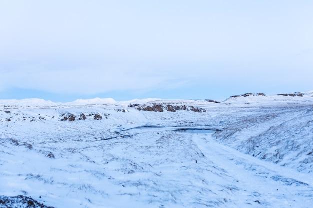 Niesamowity krajobraz pól i równin islandii zimą. ziemia pokryta jest śniegiem. duże przestrzenie. piękno zimowej przyrody.