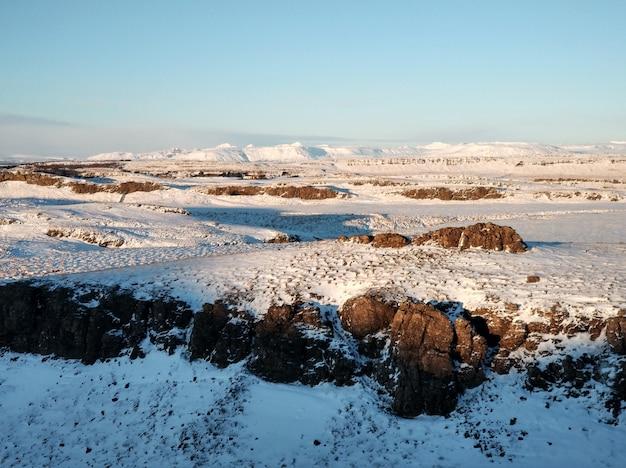Niesamowity krajobraz pól i równin islandii zimą.