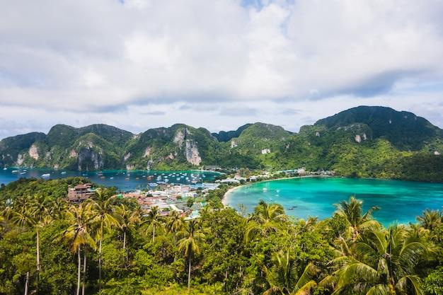 Niesamowity krajobraz - tropikalna wyspa z kurortami - wyspa phi-phi, prowincja krabi, tajlandia