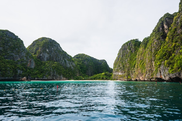 Niesamowity krajobraz vacation travel - tropical island phi-phi island w tajlandii