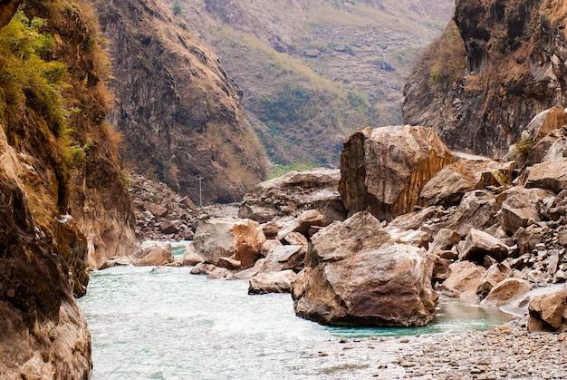 Niesamowity krajobraz z górską rzeką i skałami