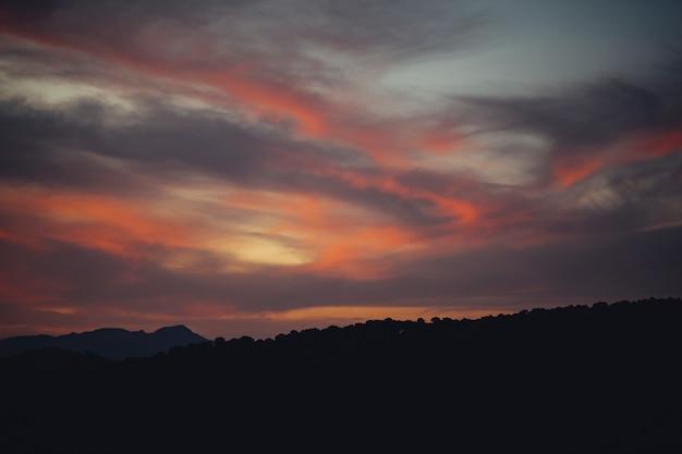 Niesamowity krajobraz zachmurzonego nieba