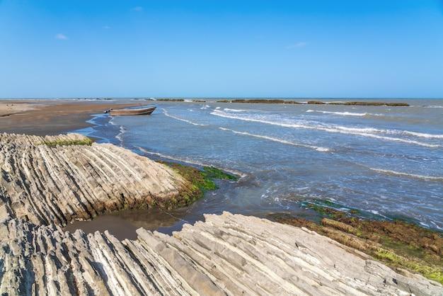 Niesamowity kształt skał na wybrzeżu morza