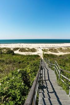 Niesamowity letni krajobraz morza bałtyckiego piaszczysta plaża, błękitne morze i promenada