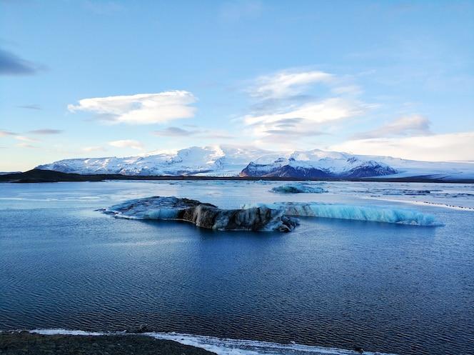 Niesamowity naturalny krajobraz największego lodowca na wyspie w zimie.