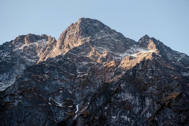 Niesamowity naturalny krajobraz w górach
