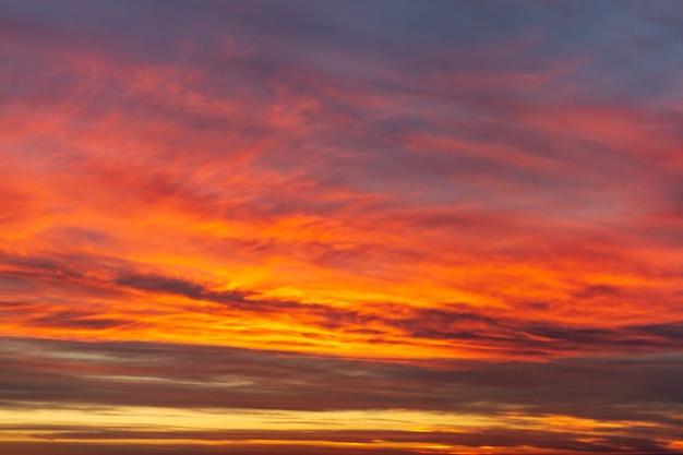 Niesamowity, niesamowity piękny czerwony, różowy żywy krajobraz słońca. zmierzchu nieba tekstura i surfce. piękno natury