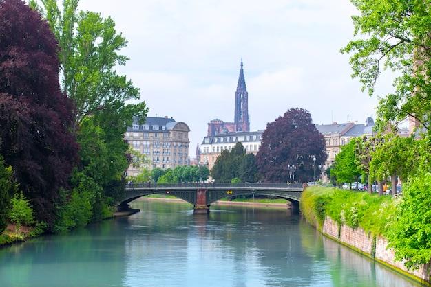 Niesamowity panoramiczny widok na stare miasto w strasburgu z francuską tradycyjną architekturą
