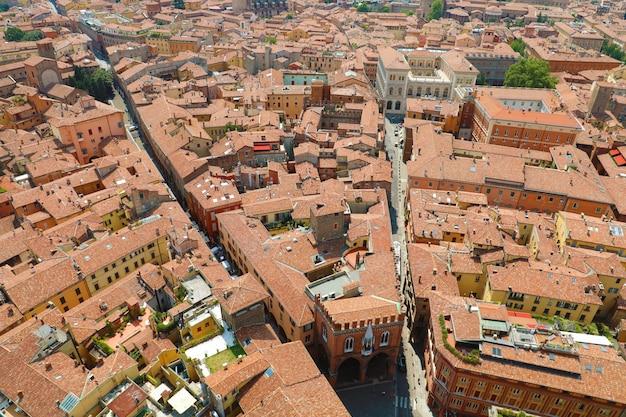 Niesamowity pejzaż lotniczy bolonii. piękny widok na włoskie średniowieczne miasto bolonia z placem piazza della mercanzia we włoszech.
