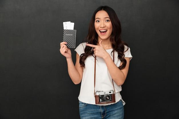 Niesamowity podekscytowany azjatycki turysta młoda kobieta