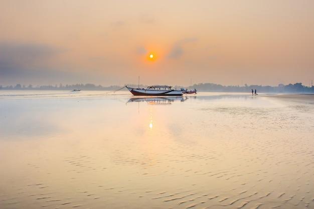 Niesamowity poranek z momentem wschodu słońca na łodzi w bengkulu w indonezji