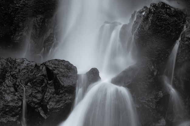 Niesamowity ruch art watercapes na wodospad indonezji