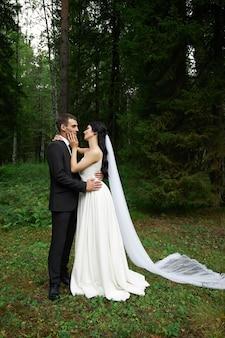 Niesamowity ślub zakochana para, ładna panna młoda i stylowy pan młody