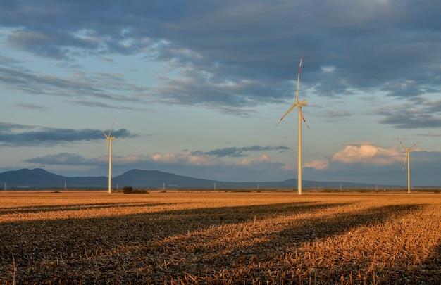 Niesamowity strzał silników wiatrowych na polach pod zachmurzonym niebem