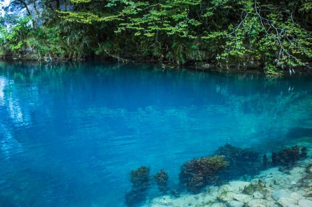 Niesamowity widok na błękitne górskie jezioro