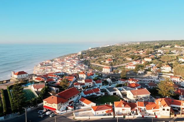 Niesamowity Widok Na Dzielnicę Mieszkalną W Pobliżu Morza? Premium Zdjęcia