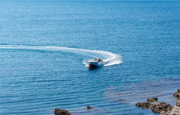 Niesamowity widok na jacht i czysty, granatowy letni raj