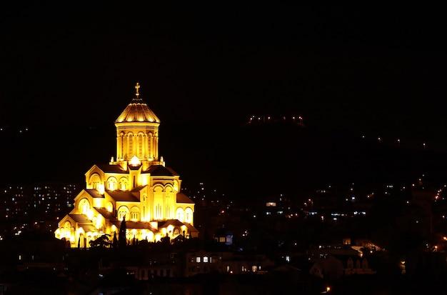 Niesamowity widok na katedrę świętej trójcy w tbilisi w nocy, tbilisi, gruzja