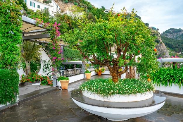 Niesamowity widok na kolorowy ogród na tarasie hotelu na wybrzeżu amalfi we włoszech