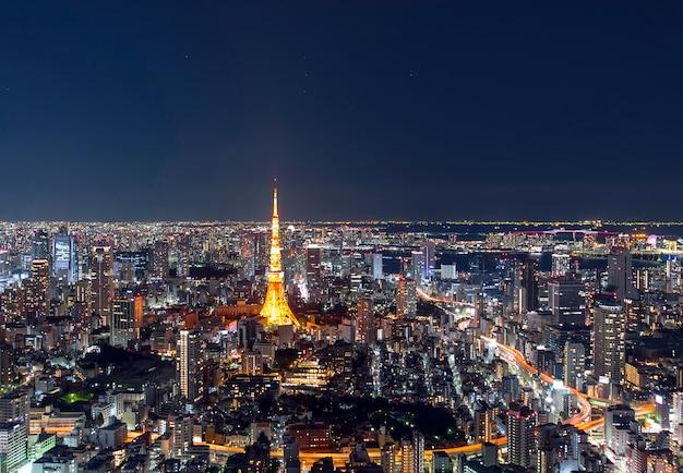 Niesamowity widok na panoramę centrum tokio wieczorem, tokio tower w nocy w japonii