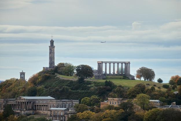 Niesamowity widok na panoramę miasta na wzgórze calton w edynburgu z niektórymi zabytkami, pomnikiem narodowym...